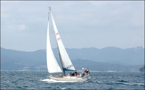 세일링 큰 바다에서 바람을 타고 즐기는 세일링. 검푸른 바다와 세찬 바다에 맞서 세일링을 즐기고 있다.