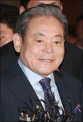 이건희 삼성전자 회장이 10일 오후 서울 한남동 하얏트호텔에서 열린 전국경제인연합회 회장단 회의에 참석해 취재기자들의 질문에 답하고 있다.