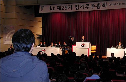 KT 직원이자 소액주주인 이해관씨가 11일 KT 정기주주총회에서 박병원 전 청와대 경제수석 사외이사 선임에 반대 의사를 밝히고 있다.