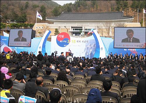 국가기념일로 지정된 뒤 처음으로 3.15의거 51주년 기념식이 15일 오전 창원 소재 국립 3.15민주묘지에서 열렸다. 사진은 김황식 국무총리가 기념사를 하는 모습.