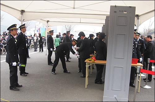 국가기념일로 지정된 뒤 처음으로 3.15의거 51주년 기념식이 15일 오전 창원 소재 국립 3.15민주묘지에서 열렸다. 사진은 참석자들을 검문검색하고 있는 모습.