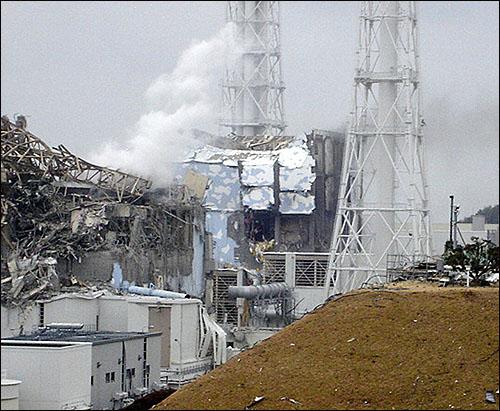 일본 지진으로 인해 원자력발전소가 위험에 쳐해 있다.  지진과 쓰나미로 인해 파괴된 후쿠시마 제1원자력발전소. 이 발전소의 1-4호기 모두가 폭발했다.