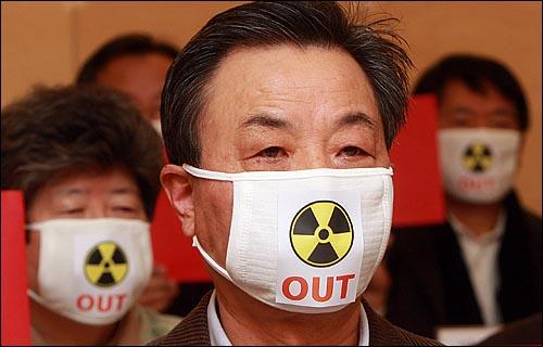 일본 대지진으로 원자력 발전소의 안전에 대한 불안감이 높아지고 있는 가운데, 17일 오전 서울 중구 정동 환경재단 레이첼카슨홀에서 열린 '후쿠시마 원전 폭발 각계인사 77인 긴급 기자회견'에서 참석자들이 국내 원자력 확대 정책에 대한 전면 재검토와 신규 원전 건설계획 중단을 요구하고 있다.