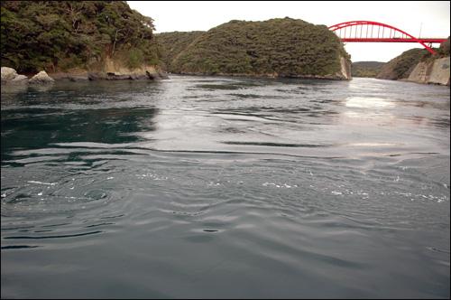 소용돌이 만제키 다리 밑으로 인공으로 만든 수로가 있다. 이 곳에는 물살이 센 곳으로 요트 위에서 바다로 보니 현기증이 날 정도로 물살이 원을 그리며 돌고 있다.