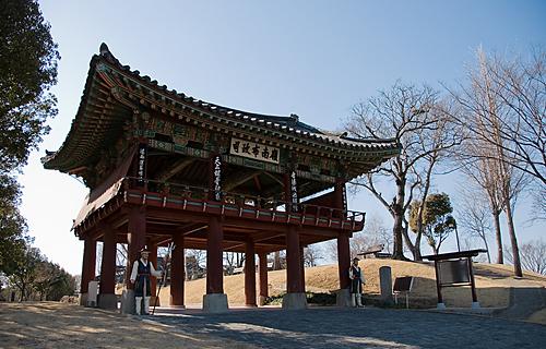 공북문 근처 언덕길에 세워진 영남포정사 문루