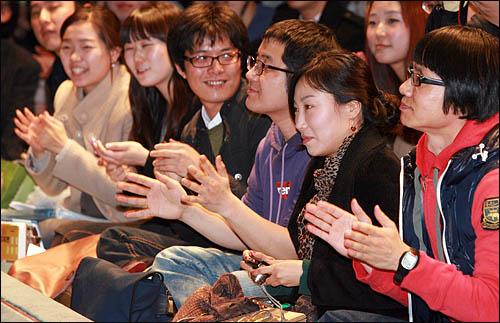 23일 <민중의 소리>가 주최한 'Change 2012' 공개 토크쇼에 참석한 일반 참가자들이 이정희 민주노동당 대표와 유시민 국민참여당 대표, 조국 서울대 교수의 얘기를 들으며 박수치고 있다.