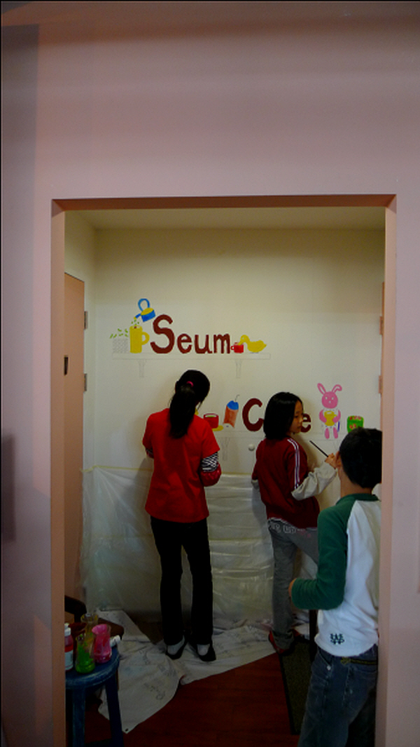 세움카페를 꾸미는 아이들 카페 의자, 간판 하나 하나가 많은 이들의 자원봉사, 재능기부로 만들어 졌다. 세움카페는 지역사회가 함께 응원하는 카페다.