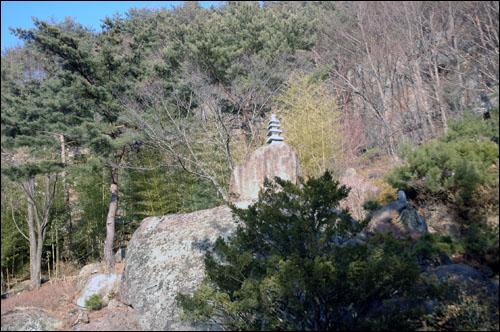 탑 절 마당에 있어야 할 탑이 암벽위에 서 있다.