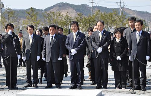 국민참여당 유시민 대표는 이봉수 '김해을' 국회의원 선거 후보 등과 함께 24일 김해 봉하마을을 방문해 고 노무현 대통령 묘역을 참배했다.