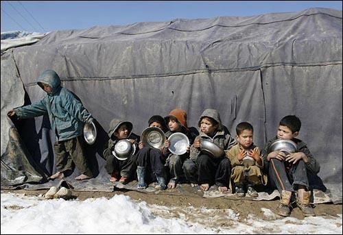 아이들은 왜 집을 잃었나 지난 2월 14일(현지시각) 아프가니스탄 카불 난민촌에서 어린이들이 점심배급을 기다리고 있다.