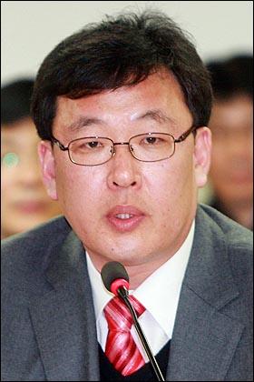 오창익 인권연대 사무국장이 25일 오후 서울 서대문 경찰청에서 열린 '경찰수사 신뢰 제고를 위한 토론회'에 참석해 자본주의연구회 체포자 면회를 요구했던 50명 학생들의 체포에 대해 조현오 경찰청장에게 질의하고 있다.