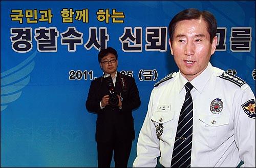 조현오 청장, '경찰수사 신뢰 토론회' 참석 조현오 경찰청장이 25일 오후 서울 서대문 경찰청에서 열린 '경찰수사 신뢰 제고를 위한 토론회'에 참석하고 있다.