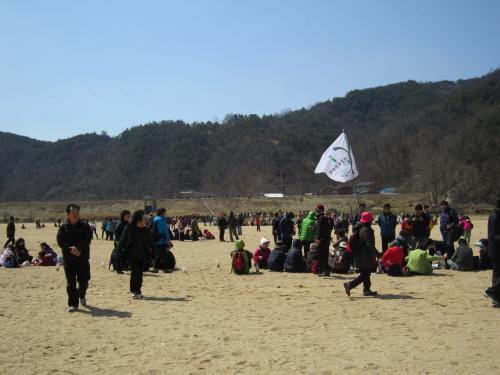회룡포 모래사장에 모인 시민들.