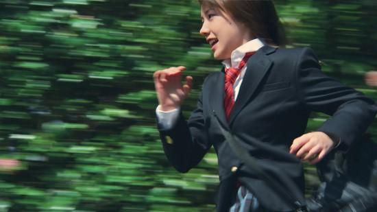 공교롭게도 2006년 애니메이션판 <시간을 달리는 소녀>에서 주인공 마코토의 목소리를 연기한 나카 리이사가 2010년 실사판에서도 주인공 아키라 역을 맡아 연기했다.