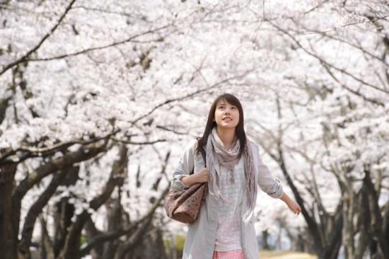 <시간을 달리는 소녀>의 한 장면. 2006년 애니메이션판의 '창공' 못지않게 감동을 주는 2010년판의 '벚꽃'.