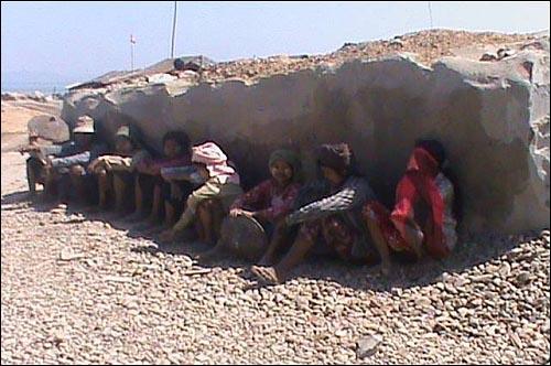 강제노동을 당하는 주민들의 모습