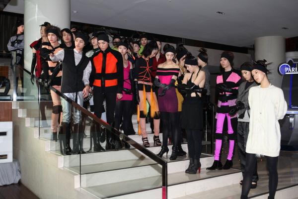패션디자이너 하상백의 2011 Autumn/Winter Collection 패션쇼가 지난 4월 1일 저녁 10시, W호텔에서 Woo Bar에서 열렸다.