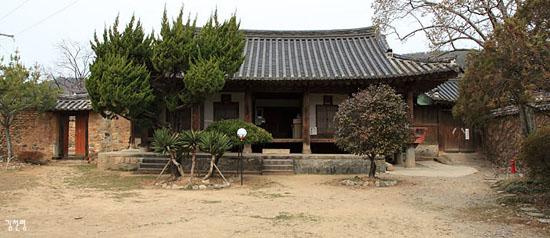 사랑채 사랑채에서 안채로 가는 중문이 두 곳에 설치되어 있다.