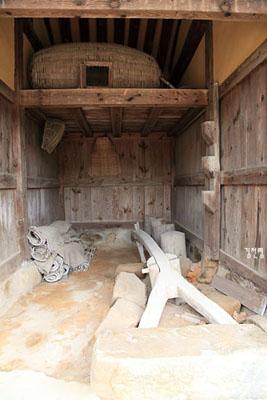 광 안에는 다딜방아와 멍석, 대나무로 만든 닭장, 키, 소쿠리 등이 있어 옛 사람들의 살림도구를 보는 재미가 쏠쏠하다.