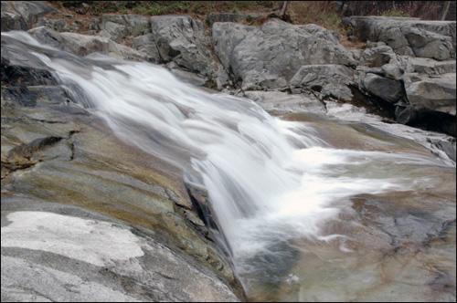 폭포 용추계곡에 흐르는 폭포
