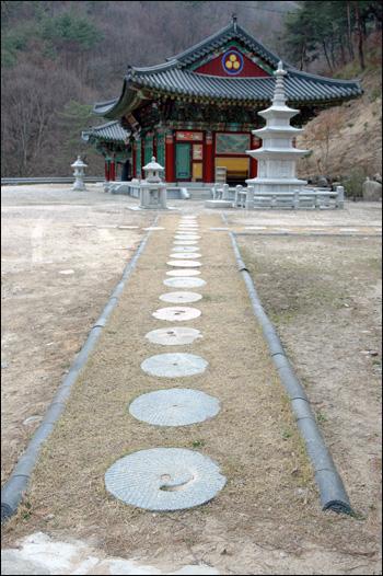 부처님께 가는 길 부처님께 가는 길은 맷돌로 아름답게 단장해 놓았다. 한 걸음, 두 걸음 보시하는 마음으로 발을 디뎌본다.