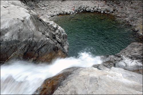 용추폭포 폭포사진은 주로 아래서 위로 찍지만, 여건이 좋지 않아 위에서 아래로 찍었다. 보통의 사진과 다른 느낌을 준다.