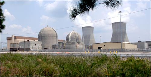 미국의 원전 TMI 원전과 같은 형식의 원전. 좌측의 동그란 건물이 원자로가 있는 곳이며, 우측의 수증기가 나오는 곳은 냉각탑이다.