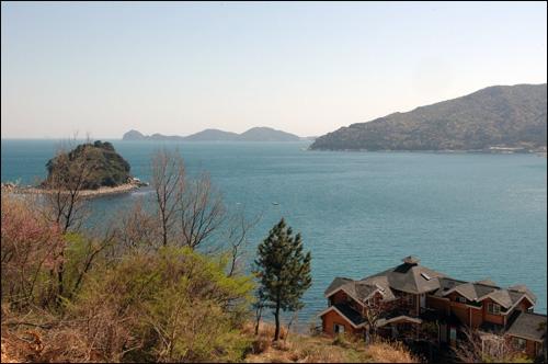 윤돌섬 거제도 국도 14호선에서 바라본 윤돌섬. 멀리 해금강이 보이고 국도 14호선을 따라 도는 내내 이런 쪽빛 바다 풍경은 시야에서 사라지지 않는다.