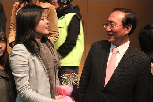 노회찬 전 진보신당 대표와 대화를 나누고 있는 김여진씨. 청중들과 함께 기념촬영을 한 직후였다.