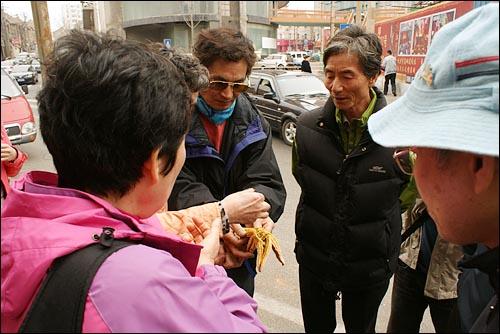 삶은 불가사리의 맛 중국 전통식당에서 점심식사를 마친 부부들이 간식용으로 판매하는 삶은 불가사리를 맛 보고 있다.