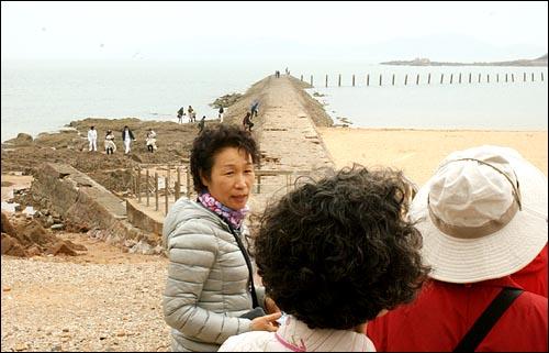 부러운 웨딩촬영 청도 예비부부들에게 웨딩촬영지로 유명한 팔대관 해변. 어머님들이 웨딩 촬영을 부러운 듯 바라보고 있다.