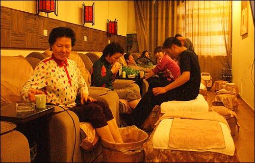 처음 받아보는 '발 마사지' '60에 떠나는 신혼여행' 참가 부부들이 중국식 발 마사지를 받고있다.