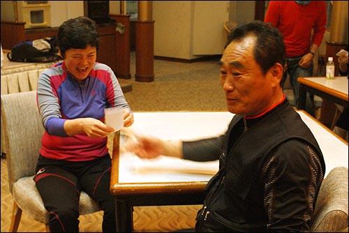 남편이 준비한 '마음의 선물' 정인열(61)씨가 부인 조남일(58)씨에게 깜짝 편지를 전달하고 있다.