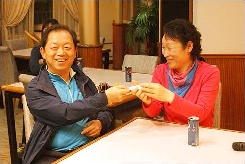 남편이 준비한 '마음의 선물' 중국 청도에서 인천으로 돌아오는 배 위에서 김현식(60)씨가 부인 손권숙(54)씨에게 깜짝 편지를 전달하고 있다.