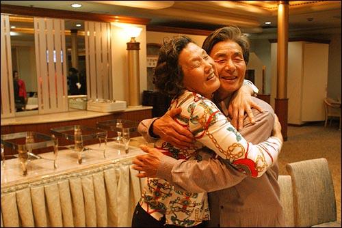 """""""여보 고맙고 사랑하오"""" 한동식(68)씨, 김순덕(62)씨 부부가 편지 전달식을 마치고 포옹 하고있다."""