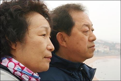 한 곳을 바라보는 부부 김현식(60)씨 손권숙(54)씨 부부가 소어산 정상에서 같은 풍경을 바라보고 있다.