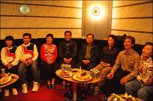 여행 첫째 날, 7쌍의 부부들이 (주)위동항운에서 무료 제공한 '골든브릿지호'에서 만남의 시간을 가지고 있다.