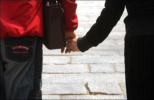 꼭 잡은 두 손 안정호(61)씨, 박양순(57)씨 부부가 두 손을 꼭 잡고 산책을 하고 있다.