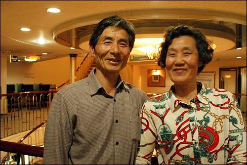배 위에서 한동식(68)씨, 김순덕(62)씨 부부가 중국 청도로 향하는 골든브릿지호 위에서 기념 사진을 찍고있다.