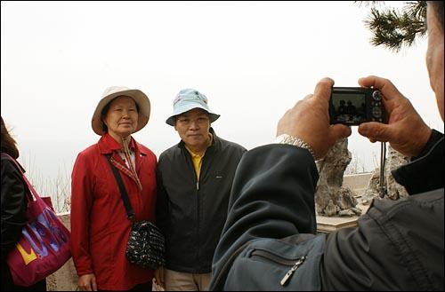 즐거웠던 4박 5일 위창복(62)씨, 이양순(61)씨 부부가 중국 청도 소어산 정상에서 기념 사진을 촬영하고 있다.