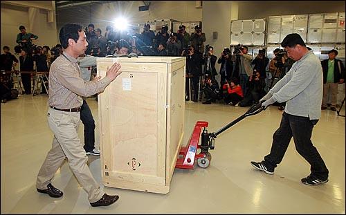 프랑스로 반출된지 145년만에 고국으로 돌아온 외규장각 의궤가 14일 오후 서울 용산구 국립중앙박물관에 도착하자, 관계자들이 의궤를 실은 상자를 수장고로 옮기고 있다.