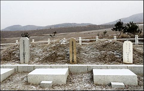 눈 쌓인 대종교 3대종사 묘소. 왼쪽부터 서일, 나철, 김교헌 대종사