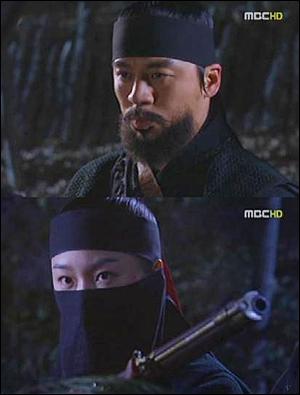 드라마 <짝패>에서 '아래'의 수장인 강 포수(권오중 분)와 달이(서현진 분).