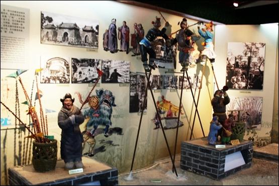 선남박물관의 베이징 풍물. 탕후루, 묘회, 가오챠오 등이 보인다.