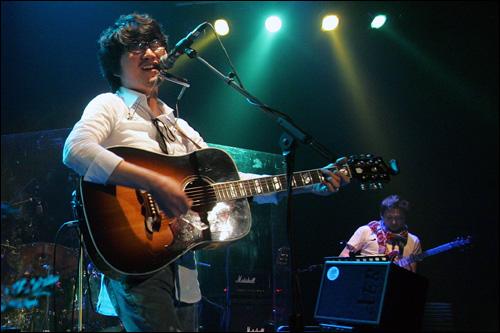 백자 콘서트 노래패 '우리나라'의 싱어송라이터 백자의 단독 콘서트 모습.