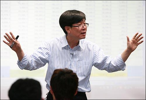 김상조 한성대 교수가 19일 저녁 서울 상암동 <오마이뉴스> 대회의실에서 '종횡무진 한국경제 - 1부 한국경제의 수직적 고찰' 강의를 하고 있다.