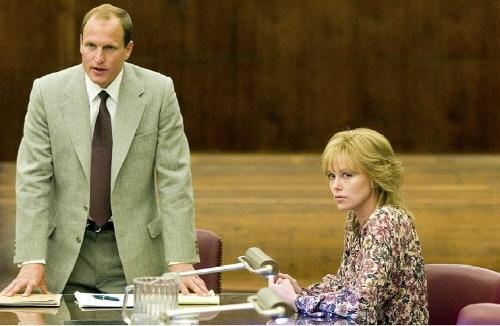 영화 <노스컨츄리> 중 한 장면 <노스컨츄리>는 1984년 발생한 미국 최초의 성희롱 소송을 바탕으로 만든 영화이다. 주인공 조시는 남성 동료들의 차별 뿐만 아니라 주변인들의 '문제를 일으키지 말라'는 만류에 외로운 싸움을 시작한다.