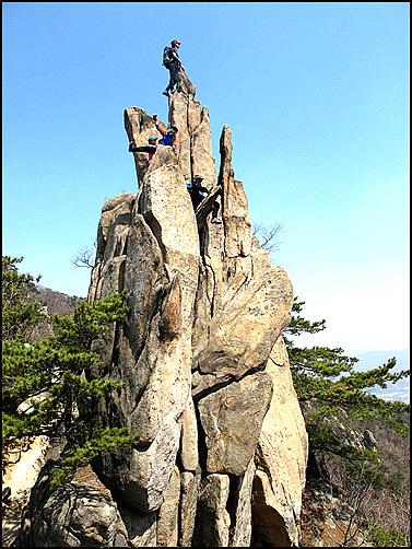 위풍당당한 모습을 자랑하는 관악산 촛대바위 저곳 정상에 오르기 위하여 필자는 몇 년간이나 기다렸는지 모른다.