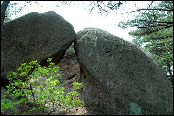 석문 커다란 바위에 바위가 기대오 문처럼 만들어진 석문
