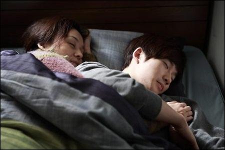 영화 <세상에서 가장 아름다운 이별> 마지막으로 아들 곁에 누워 잠이 든 엄마